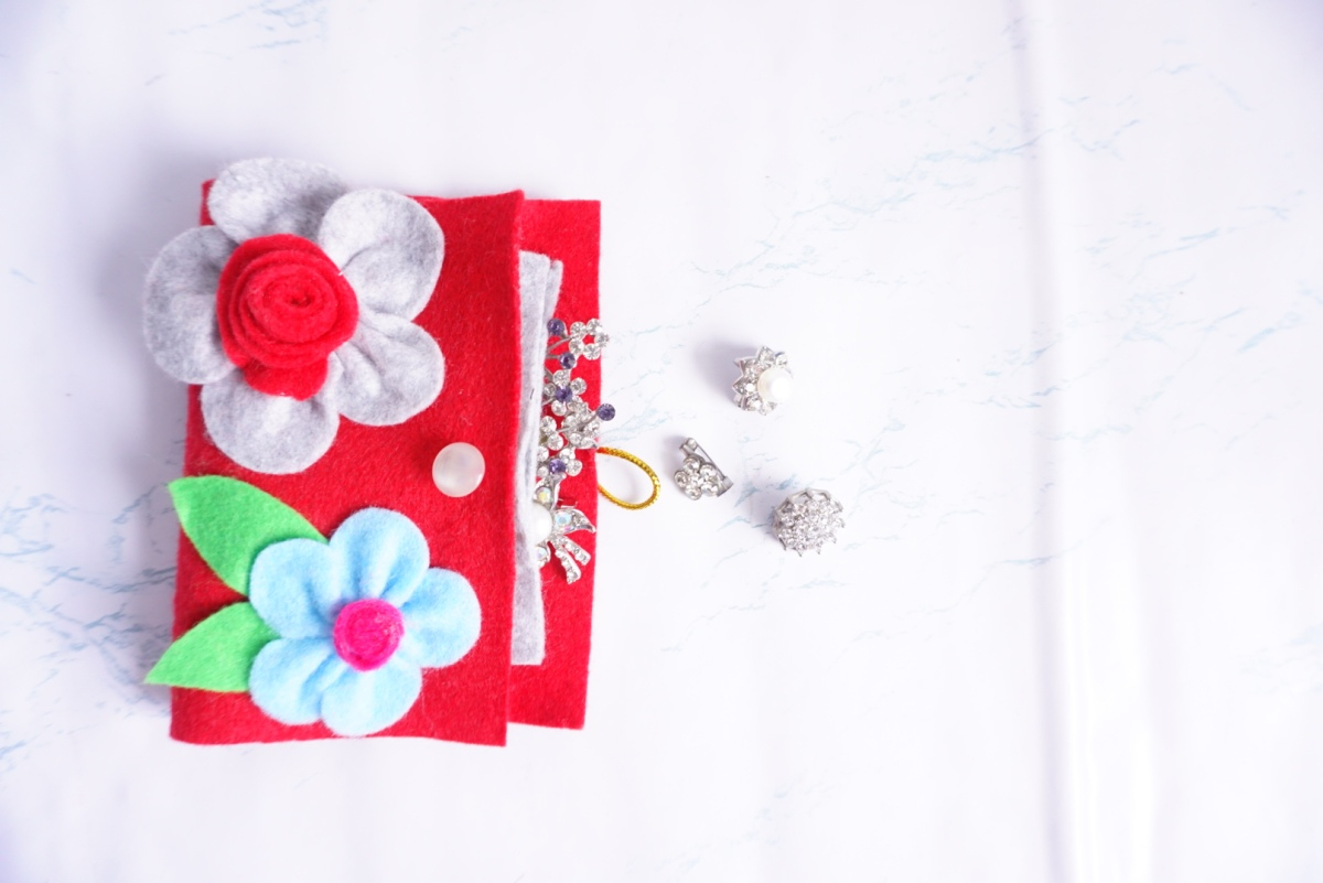 HIJABI? LOVE TRAVELLING?DIY THIS PORTABLE PIN HOLDER